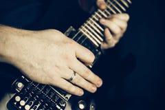 στενός ηλεκτρικός μουσικός κιθάρων που παίζει επάνω Στοκ Φωτογραφία