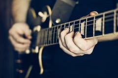 στενός ηλεκτρικός μουσικός κιθάρων που παίζει επάνω Στοκ εικόνα με δικαίωμα ελεύθερης χρήσης