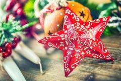 στενός κόκκινος χρόνος Χριστουγέννων ανασκόπησης επάνω Αστέρι και διακόσμηση Χριστουγέννων Στοκ Εικόνες