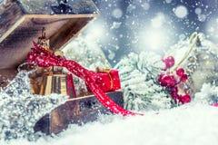 στενός κόκκινος χρόνος Χριστουγέννων ανασκόπησης επάνω Δώρα και διακοσμήσεις Χριστουγέννων στη χιονώδη χώρα ή την ατμόσφαιρα όμορ Στοκ Εικόνες