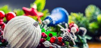 στενός κόκκινος χρόνος Χριστουγέννων ανασκόπησης επάνω Η κάρτα Χριστουγέννων με το έλατο σφαιρών και το ντεκόρ ακτινοβολούν επάνω Στοκ Φωτογραφία