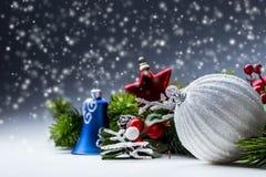 στενός κόκκινος χρόνος Χριστουγέννων ανασκόπησης επάνω Η κάρτα Χριστουγέννων με το έλατο σφαιρών και το ντεκόρ ακτινοβολούν επάνω Στοκ Εικόνες
