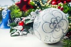 στενός κόκκινος χρόνος Χριστουγέννων ανασκόπησης επάνω Η κάρτα Χριστουγέννων με το έλατο σφαιρών και το ντεκόρ ακτινοβολούν επάνω Στοκ φωτογραφία με δικαίωμα ελεύθερης χρήσης