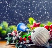 στενός κόκκινος χρόνος Χριστουγέννων ανασκόπησης επάνω Η κάρτα Χριστουγέννων με το έλατο σφαιρών και το ντεκόρ ακτινοβολούν επάνω Στοκ εικόνες με δικαίωμα ελεύθερης χρήσης