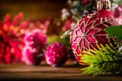 στενός κόκκινος χρόνος Χριστουγέννων ανασκόπησης επάνω Κερί και διακόσμηση Χριστουγέννων Σχέδιο συνόρων Χριστουγέννων στο ξύλινο  Στοκ Εικόνα