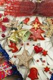 στενός κόκκινος χρόνος Χριστουγέννων ανασκόπησης επάνω Οι διακοσμήσεις για παρουσιάζουν Διακοσμήσεις Χριστουγέννων σε έναν ξύλινο Στοκ Φωτογραφίες