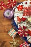 στενός κόκκινος χρόνος Χριστουγέννων ανασκόπησης επάνω Οι διακοσμήσεις για παρουσιάζουν Διακοσμήσεις Χριστουγέννων σε έναν ξύλινο Στοκ Εικόνα