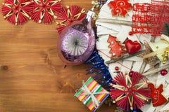 στενός κόκκινος χρόνος Χριστουγέννων ανασκόπησης επάνω Οι διακοσμήσεις για παρουσιάζουν Διακοσμήσεις Χριστουγέννων σε έναν ξύλινο Στοκ Φωτογραφία