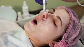 Στενός ο επάνω προσώπου κοριτσιών κατά τη διάρκεια της πυράκτωσης του BB διαδικασίας Τέντωμα μορφασμού του δέρματος φιλμ μικρού μήκους