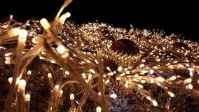 Στενός πυροβολισμός σε ένα χρυσό tinsel χριστουγεννιάτικο δέντρο φιλμ μικρού μήκους