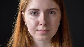 Στενός πυροβολισμός των γοητευτικών ματιών ανοίγματος γυναικών πιπεροριζών και εξέταση τη κάμερα, πορτρέτο ομορφιάς φιλμ μικρού μήκους