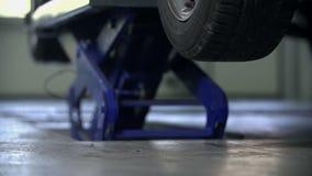 Στενός πυροβολισμός της ανύψωσης του γκρίζου αυτοκινήτου στον αέρα απόθεμα βίντεο