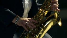 Στενός πυροβολισμός του φορέα saxophone φιλμ μικρού μήκους