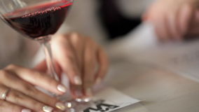 Στενός πυροβολισμός των χεριών νυφών με το ποτήρι του κρασιού στη ημέρα γάμου απόθεμα βίντεο