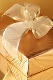 στενός χρυσός επάνω δώρων Στοκ Εικόνες