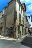 Στενό άγαλμα οδών που χτίζει Arles Στοκ Φωτογραφία
