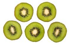 στενό απομονωμένο καρπός ακτινίδιο ανασκόπησης πέρα από επάνω άσπρο Φέτα των φρέσκων φρούτων ακτινίδιων στοκ φωτογραφίες