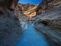 Στενό δύσκολο φαράγγι στην κοιλάδα θανάτου, φως του ήλιου στους ανώτερους απότομους βράχους στοκ εικόνα με δικαίωμα ελεύθερης χρήσης