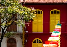 Στενό εγχώριο κινεζικό ύφος πορτών στην πόλη Σινγκαπούρη της Κίνας στοκ εικόνες