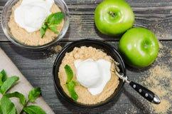 Στενό επάνω επιδόρπιο θίχουλων της Apple τοπ άποψης με το παγωτό βανίλιας, πράσινη μέντα στο γκρίζο ξύλινο επιτραπέζιο υπόβαθρο δ Στοκ Εικόνες
