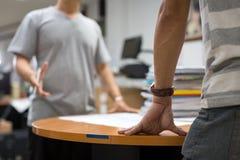 Στενό επάνω επιχειρησιακό άτομο χεριών που συζητά την εργασία Στοκ φωτογραφία με δικαίωμα ελεύθερης χρήσης