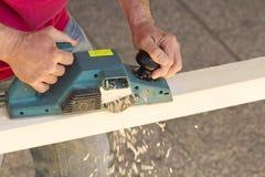 στενό εργαλείο αεροπλάνων s χεριών ξυλουργών επάνω Στοκ εικόνες με δικαίωμα ελεύθερης χρήσης