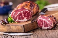 στενό λευκό χοιρινού κρέατος κρέατος ανασκόπησης επάνω Μπριζόλα χοιρινού κρέατος που καπνίζεται Παραδοσιακό καπνισμένο κρέας στο  Στοκ Φωτογραφίες