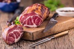 στενό λευκό χοιρινού κρέατος κρέατος ανασκόπησης επάνω Μπριζόλα χοιρινού κρέατος που καπνίζεται Παραδοσιακό καπνισμένο κρέας στο  Στοκ εικόνα με δικαίωμα ελεύθερης χρήσης
