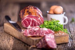 στενό λευκό χοιρινού κρέατος κρέατος ανασκόπησης επάνω Μπριζόλα χοιρινού κρέατος που καπνίζεται Παραδοσιακό καπνισμένο κρέας στο  Στοκ φωτογραφία με δικαίωμα ελεύθερης χρήσης