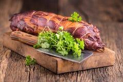 στενό λευκό χοιρινού κρέατος κρέατος ανασκόπησης επάνω Μπριζόλα χοιρινού κρέατος που καπνίζεται Παραδοσιακό καπνισμένο κρέας στο  Στοκ Φωτογραφία