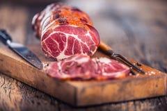 στενό λευκό χοιρινού κρέατος κρέατος ανασκόπησης επάνω Μπριζόλα χοιρινού κρέατος που καπνίζεται Παραδοσιακό καπνισμένο κρέας στο  Στοκ Εικόνα
