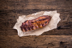 στενό λευκό χοιρινού κρέατος κρέατος ανασκόπησης επάνω Μπριζόλα χοιρινού κρέατος που καπνίζεται Παραδοσιακό καπνισμένο κρέας στο  Στοκ Εικόνες