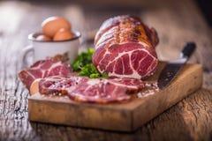 στενό λευκό χοιρινού κρέατος κρέατος ανασκόπησης επάνω Μπριζόλα χοιρινού κρέατος που καπνίζεται Παραδοσιακό καπνισμένο κρέας στο  Στοκ εικόνες με δικαίωμα ελεύθερης χρήσης