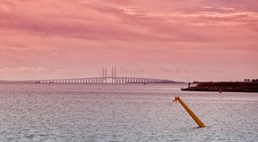 Στενό και γέφυρα Oresund στο ηλιοβασίλεμα Στοκ εικόνες με δικαίωμα ελεύθερης χρήσης