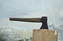 στενό κούτσουρο τσεκουριών επάνω στην όψη Στοκ Φωτογραφία