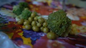 Στενό μπρόκολο και πράσινα μπιζέλια στο πιάτο HD απόθεμα βίντεο