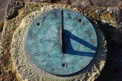 στενό παλαιό ηλιακό ρολόι σκιών επάνω Στοκ Φωτογραφίες