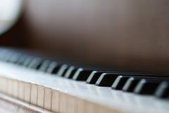 στενό πιάνο πλήκτρων επάνω στενή μετωπική άποψη Στοκ Εικόνες
