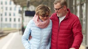 Στενό πορτρέτο, ένας άνδρας και ένα αγκάλιασμα και ένα γέλιο γυναικών Ώριμο ζεύγος ημερομηνίας Και οι δύο φορούν τα γυαλιά που ντ απόθεμα βίντεο