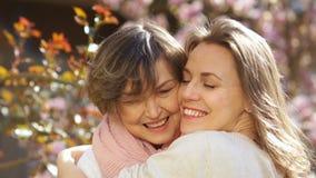 Στενό πορτρέτο της ώριμης μητέρας και του ενήλικου αγκαλιάσματος κορών Δύο γυναίκες αγαπούν η μια την άλλη, ημέρα της μητέρας απόθεμα βίντεο