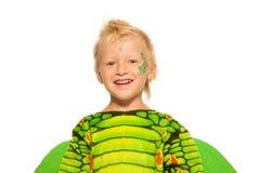 Στενό πορτρέτο του αγοριού στο κοστούμι δράκων Στοκ Φωτογραφίες