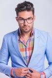 Στενό πορτρέτο του μοντέρνου επιχειρηματία που φορά τα γυαλιά στοκ φωτογραφία