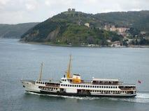 Στενό της Ιστανμπούλ η πύλη, και γραμμή στενών των επιβατηγών πλοίων Μαύρης Θάλασσας Στοκ Φωτογραφία