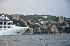 Στενό της Ιστανμπούλ και γιγαντιαίο ελληνικό κρουαζιερόπλοιο Στοκ φωτογραφία με δικαίωμα ελεύθερης χρήσης
