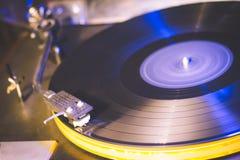 στενό gramophone παλαιό παίζοντας τραγούδι επάνω στον τρύγο παίζοντας παλαιό τραγούδι, εκλεκτής ποιότητας πικάπ με το βινυλίου δί Στοκ Εικόνα