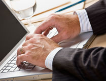 στενό lap-top επιχειρηματιών πο&upsi Στοκ φωτογραφίες με δικαίωμα ελεύθερης χρήσης