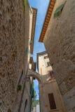 Στενό steet στο ιστορικό κέντρο Spoleto στην επαρχία ο στοκ φωτογραφία με δικαίωμα ελεύθερης χρήσης