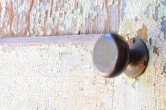 Στερεές doorknob ορείχαλκου και πόρτα χρωμάτων αποφλοίωσης Στοκ Εικόνες