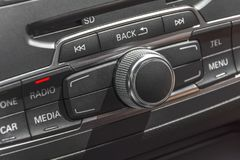 Στερεοφωνική επιτροπή ραδιοφώνων αυτοκινήτου και σύγχρονος ηλεκτρικός εξοπλισμός ταμπλό Στοκ εικόνα με δικαίωμα ελεύθερης χρήσης