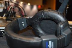 στερεοφωνικό λευκό μικροφώνων ακουστικών απομονωμένο κάσκα Στοκ Εικόνα